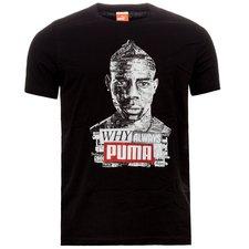 Nu kan du iklæde dig denne lækre Puma t-shirt og vise, at du er tilhænger af den famøse og farverige italienske angriber: Mario Balotelli. T-shirten har et k
