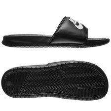 Nike Benassi badesandal, med et klassisk look og høj komfort. Badesandalen er lavet med en masserende sål, som giver komfort til din fodsål når du har badesa