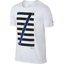 CR7 t-shirt fra Nike, en del af CR7 Mercurial Chapter 2 kollektionen. T-shirten er lavet i et åndbart tri-blend materiale, som gør den blød og komfortabel. D