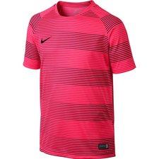 T-shirten er lavet i Dri-FIT polyester, som leder sveden væk fra kroppen. Ydermere er materialet med til, at du kan opretholde en optimal kropstemperatur under