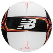 New Balance Furon Devastate fodbold. Boldens syninger giver et stabilt svæv i luften og blæren sikrer et dæmpet opspring, som giver dig bedre mulighed for at