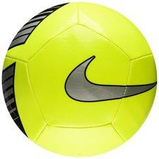Nike fodbold Pitch bolden er lavet med et 12-panel design, hvilket sikrer et stabilt svæv. Samtidig er overdelen på bolden yderst holdbar. Boldens grafiske d