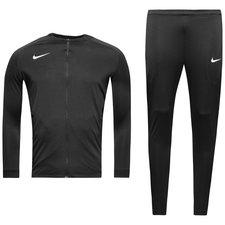 Træningsdragt, som er lavet med høj åndbarhed og komfort. Træningsdragten er lavet med Nikes Dri-FIT materiale. Dri-FIT er et åndbart, hurtigtørrende letvægt
