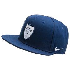Snapbacken har et klassisk look med Nike logoet i siden. Ydermere kan kasketten selvfølgelig spændes til, så den sidder helt perfekt.
