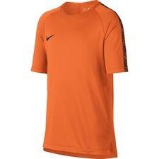 Trænings t-shirt fra Nike, som er lavet med et løst og afslappet fit, som gør den perfekt til træning Trænings t-shirten er lavet med Nikes Dri-FIT materiale