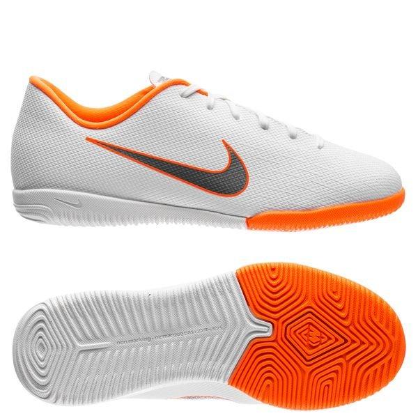 819d1297f32 55.00 EUR. Price is incl. 19% VAT. -49%. Nike Mercurial VaporX 12 Academy  IC Just Do It - White Total Orange Kids
