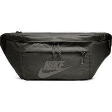 Praktisk og hip skulder- eller mavetaske fra Nike. Tasken er lavet med et stort hovedrum, samt et ydrerum, som begge kan lukkes til via lynlås, hvor der er p
