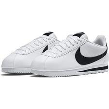Nike Classic Cortez er en opdateret version af den klassiske sko af samme navn. Skoen tilbyder et retro-look samt en vandafvisende overdel. Overdelen er lav