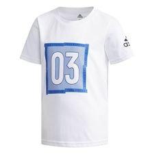 Hold de unge forrest i feltet med denne T-shirt. Den er lavet i en blød bomuldsblanding, der leder sveden væk for at holde dem tørre hele dagen, og har et rumme