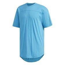 Kom igennem din aktive dag med sporty stil. Denne T-shirt får sit tilbagelænede design fra en rummelig pasform og afrundet kant, der er længere på ryggen. En mo