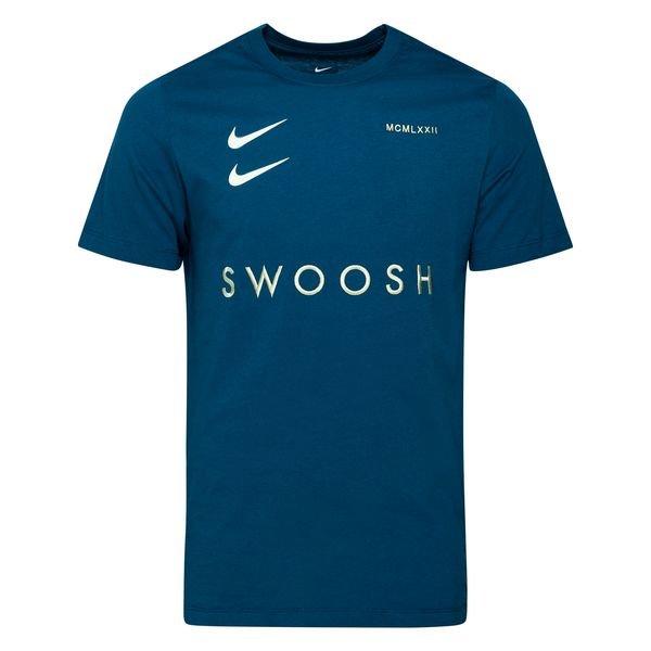 Nike NSW T Skjorte Swoosh SortHvit   unisportstore.no