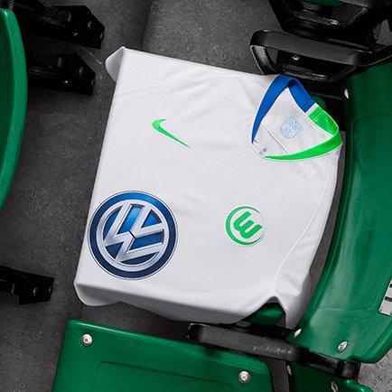 Die neuen VfL Wolfsburg Trikots 2018/19 von Nik...
