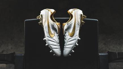 Limited Edition Legend 10R   Se de gyldne skoen...
