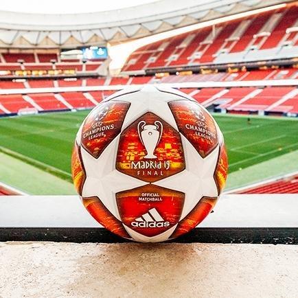Den officiella Champions League-finalbollen   L...