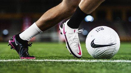 Brandneue Fußballschuhe von Nike | Sagt hallo z...