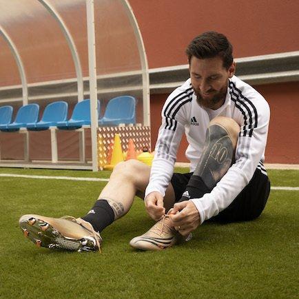 Messi El Retorno   New signature boot for the G...