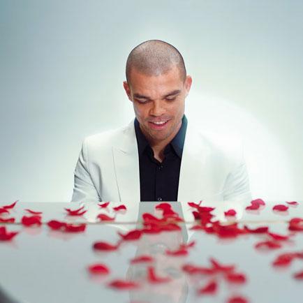 Pepe ist bereit für Valentinstag und zeigt sein...