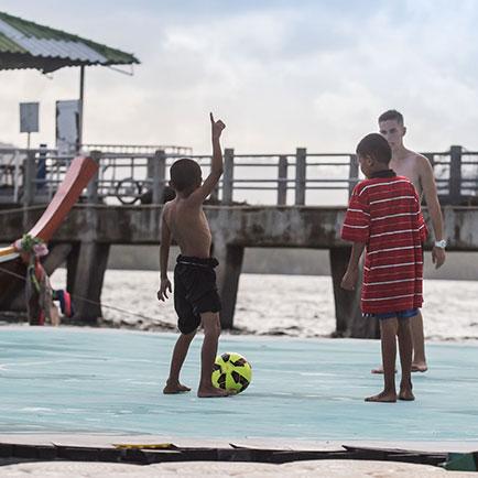 Unisport World Tur: Den flydende fodboldbane på...